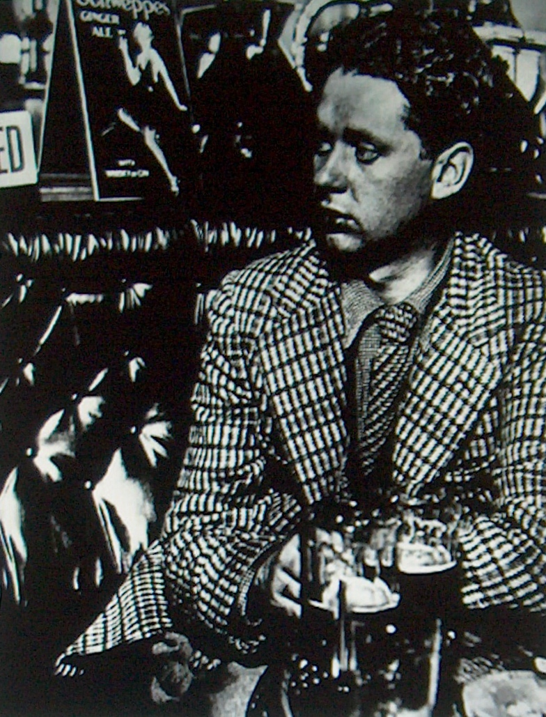 http://santitafarella.files.wordpress.com/2008/06/dylan-thomas-1941.jpg